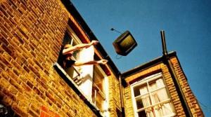 Atenție! Cade un televizor!