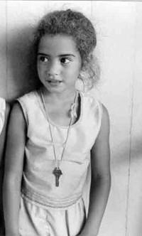 bambina con la chiave al collo